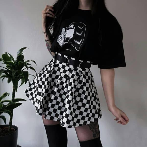 look e girl com saia e camiseta