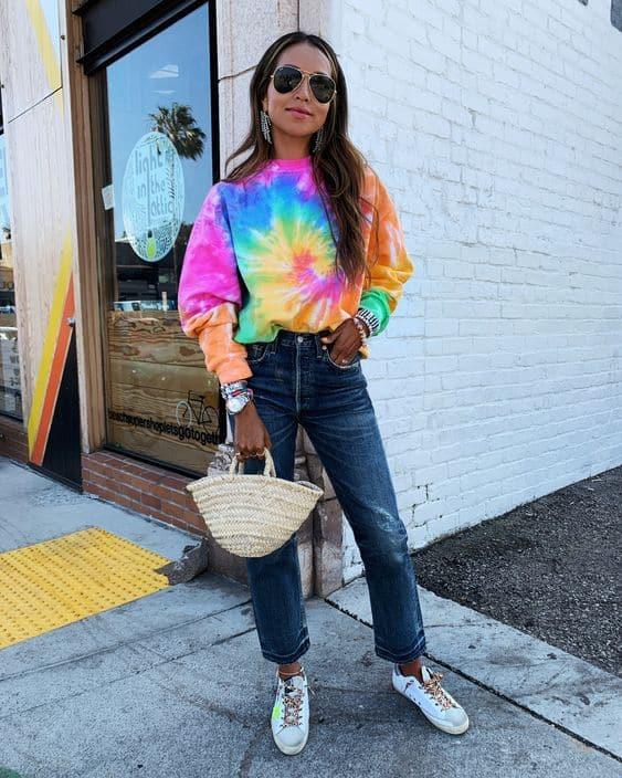 look com calca jeans e moletom tie dye colorido