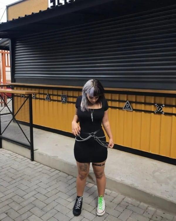 look e girl com vestido preto curto e tenis