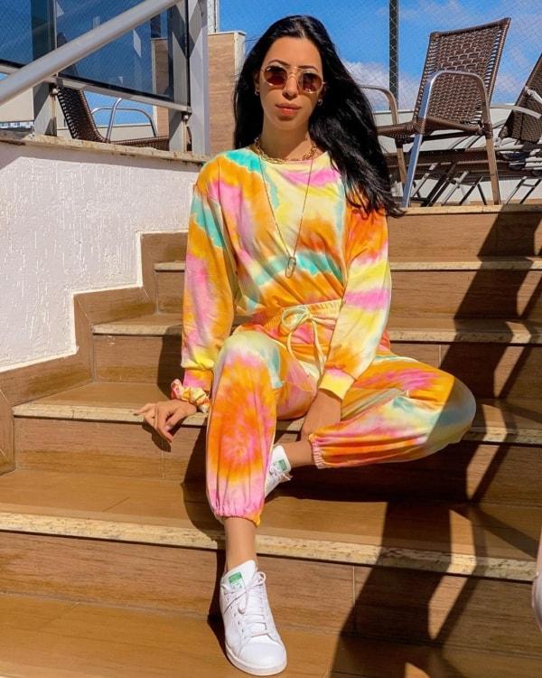 look com conjunto colorido de moletom tie dye