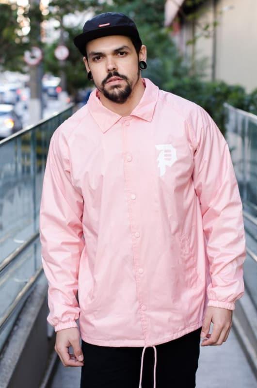 look masculino com corta vento rosa