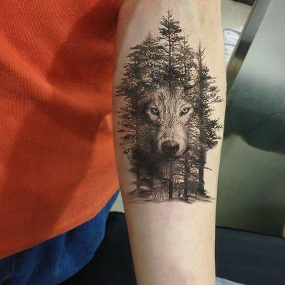 tatuagem media de floresta negra com lobo
