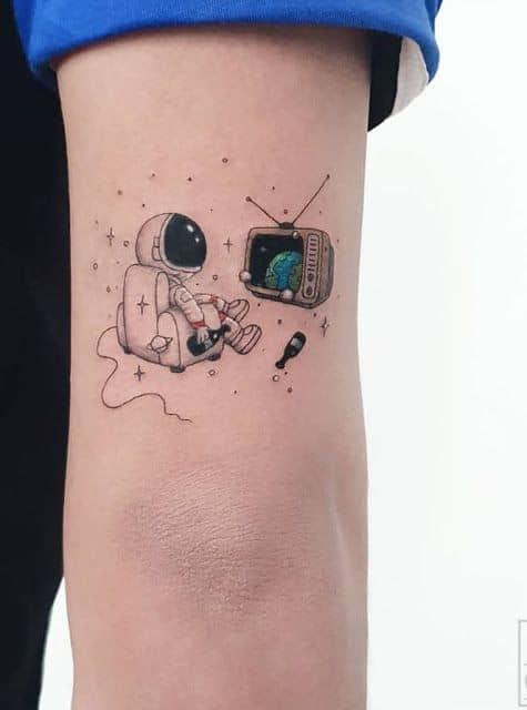 tatuagem pequena e criativa de astronauta
