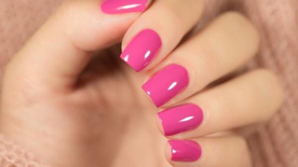 unhas quadradas com esmalte rosa escuro