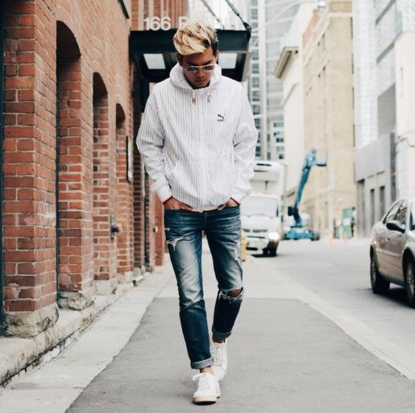 look masculino com jeans e corta vento listrada