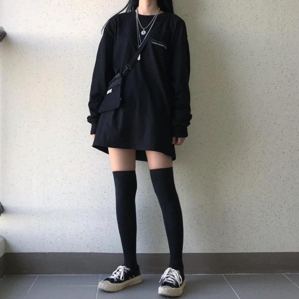 e girl com maxi t shirt de manga longa