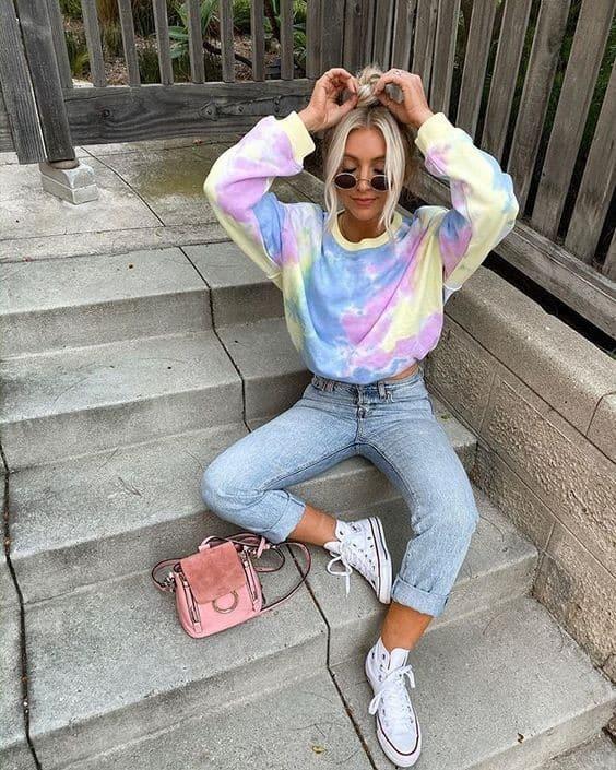 look com jeans e moletom tie dye em cores suaves