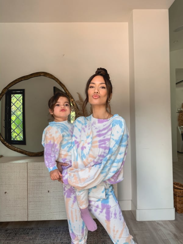 look tal mae tal filha com conjunto de moletom tie dye
