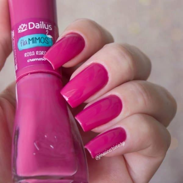 cor de unha em rosa escuro