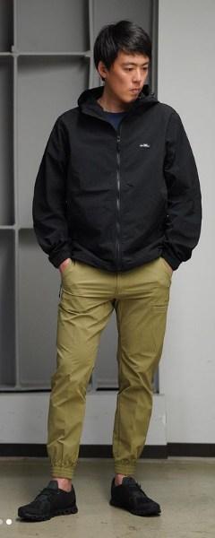 look masculino com calca e corta vento preta