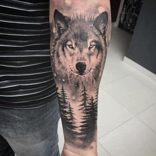 tattoo de floresta negra com lobo no braco