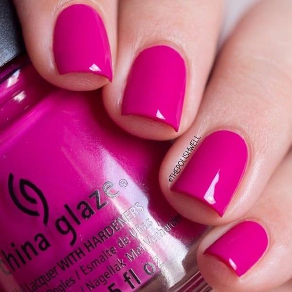 unhas decorada com esmalte rosa escuro