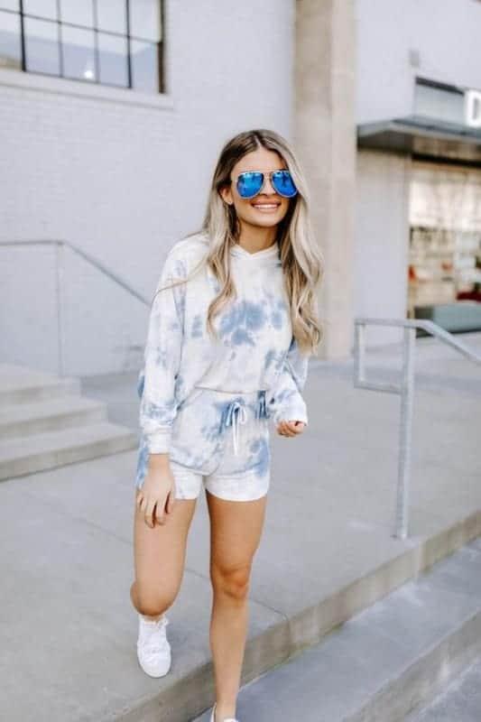 look com short e blusa de moletom tie dye azul
