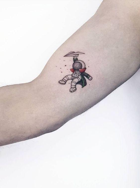 tatuagem fofa e delicada de astronauta