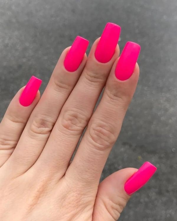 unhas longas em rosa neon