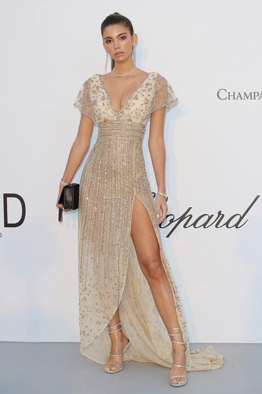 look feminino com vestido longo bordado