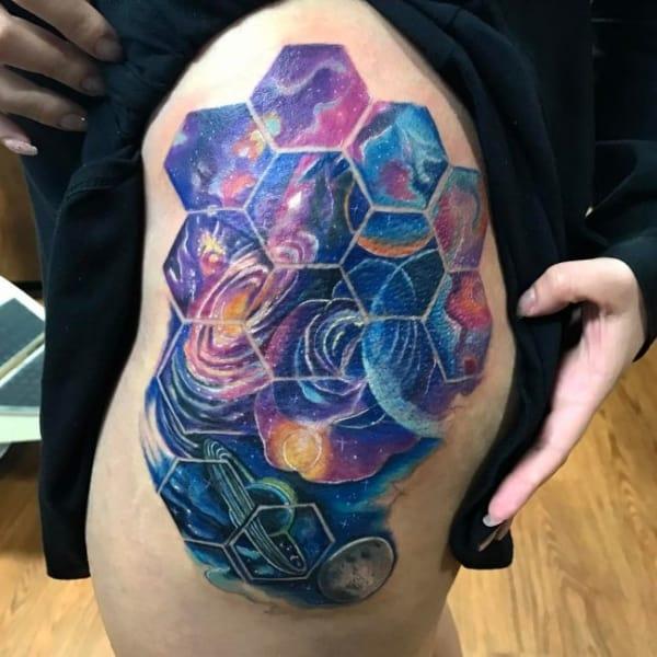 tatuagem Universo com formas geometricas