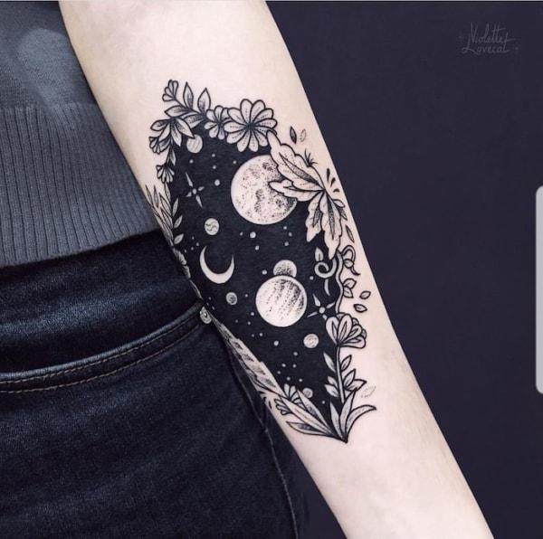 tatuagem Universo com moldura floral