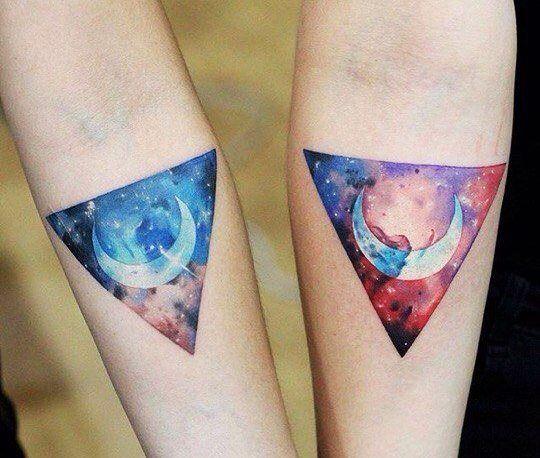 tatuagem de galaxia em triangulos