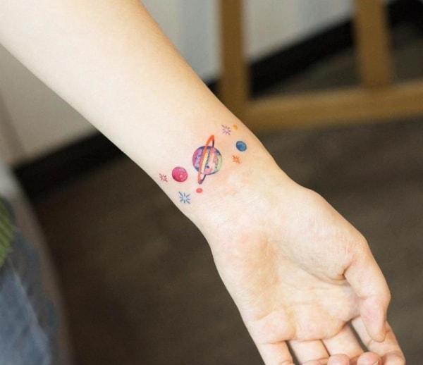 tatuagem de planetas colorida