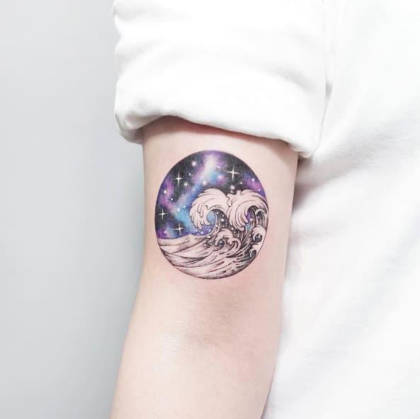 tatuagem galaxia com onda