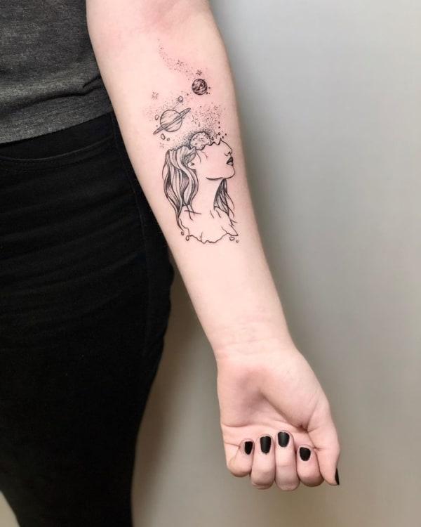 tatuagem minimalista de galaxia