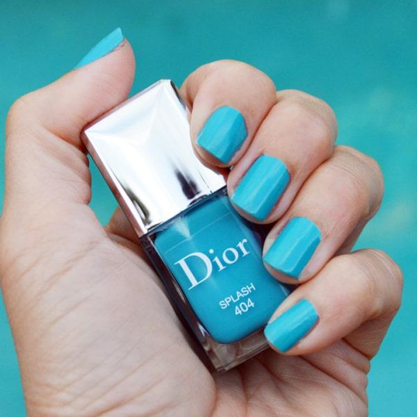 unhas com esmalte Dior azul