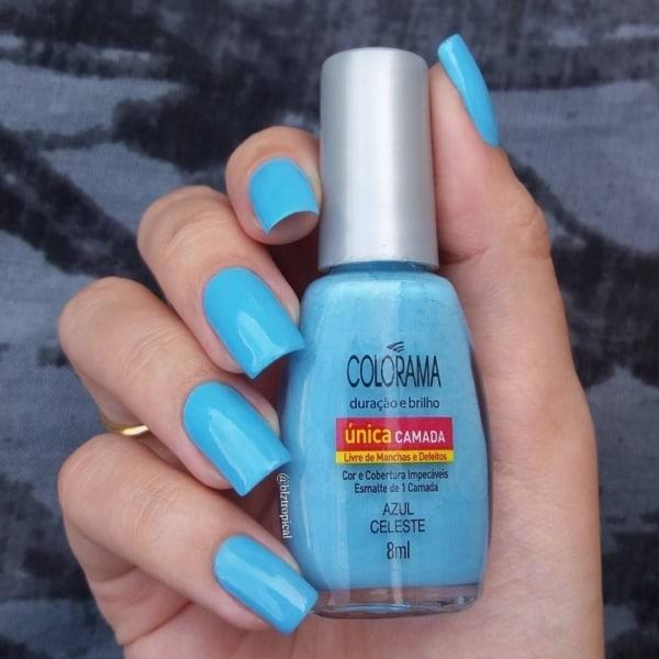 unha com esmalte azul celeste