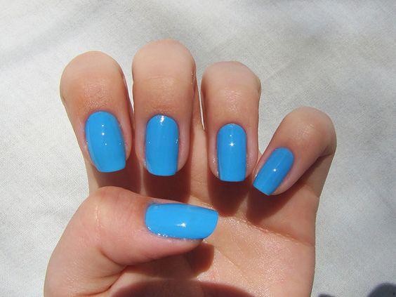 unhas quadradas com esmalte azul celeste
