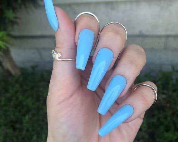 unhas longas com esmalte azul celeste
