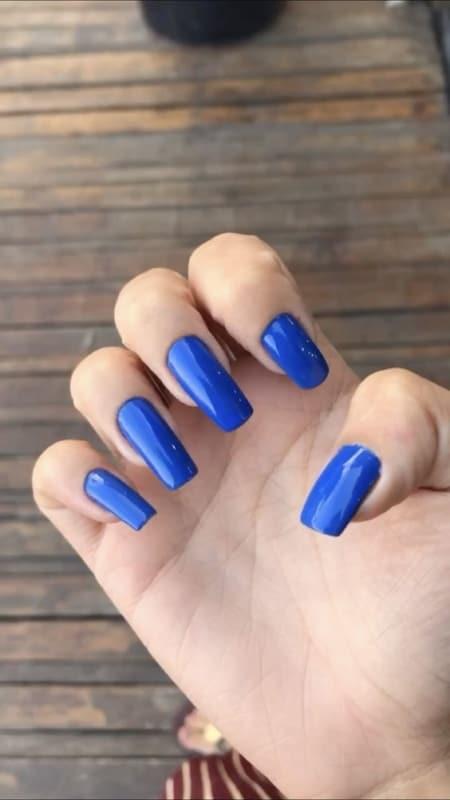 unhas longas com esmalte azul royal