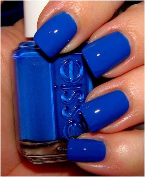 unha quadrada com esmalte azul royal