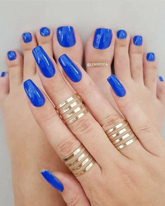 unhas com esmalte azul royal