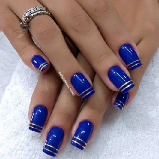 unhas azul royal com fita metalizada
