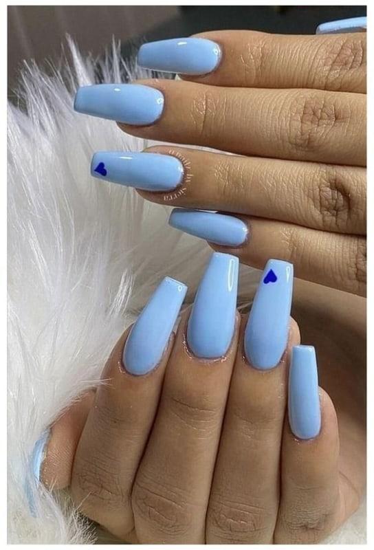 unhas decoradas com esmalte azul bebe