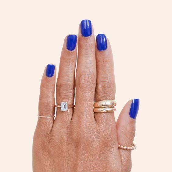 unhas simples com esmalte azul royal