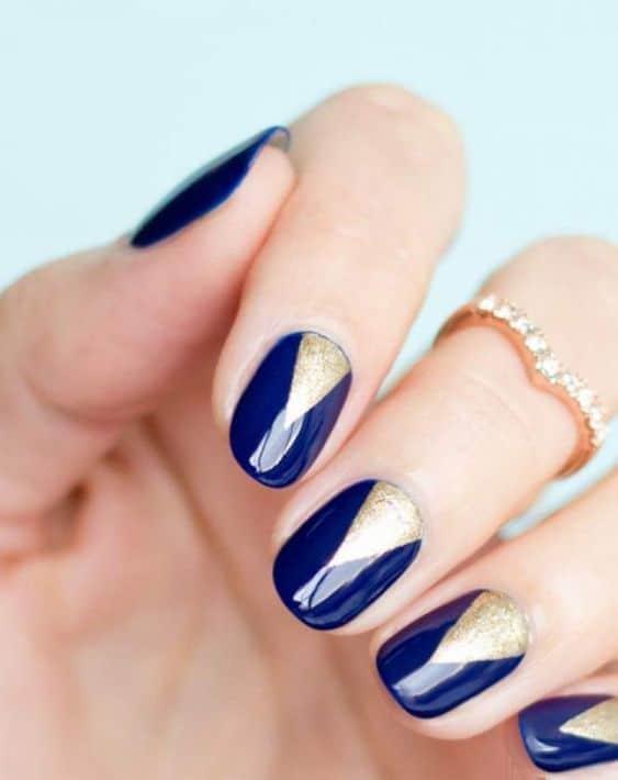 nail art com esmalte azul marinho e dourado