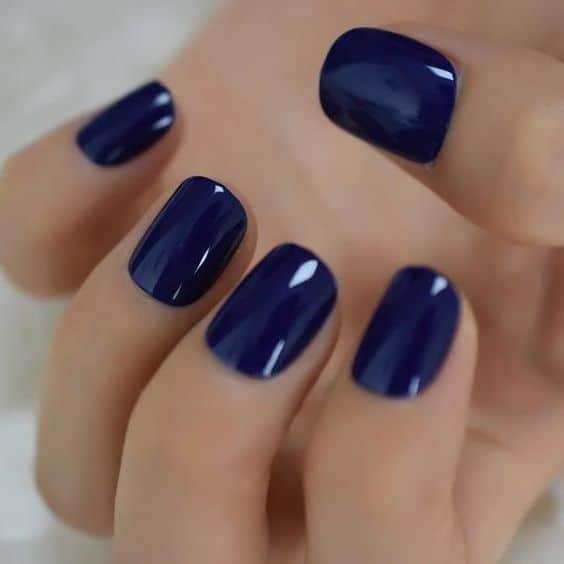 unhas simples com esmalte azul marinho