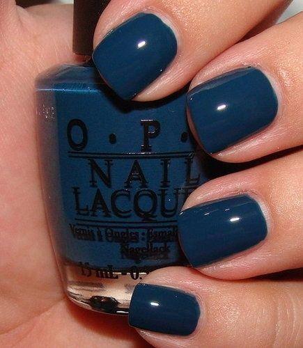 unhas curtas com esmalte azul escuro