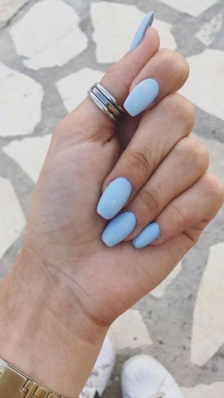 unha simples com esmalte azul bebe
