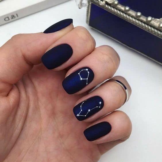 unhas decoradas em esmalte azul marinho fosco