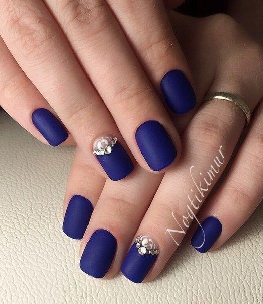 nail art com esmalte azul fosco e joias