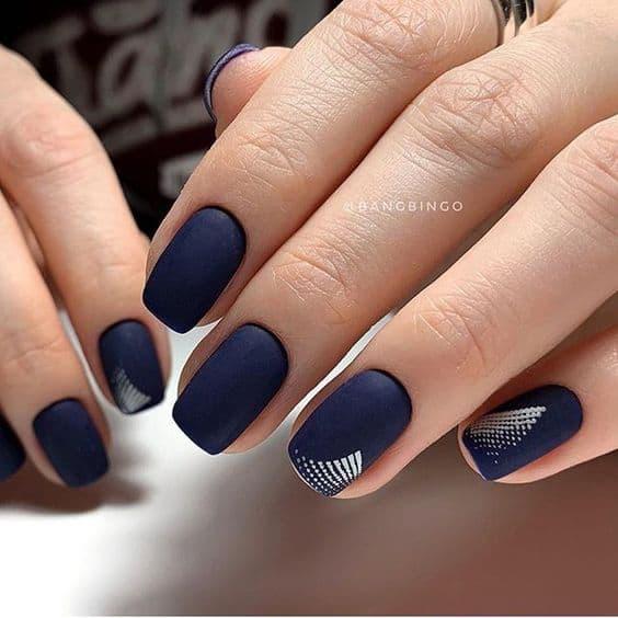 unhas decoradas em esmalte fosco azul marinho