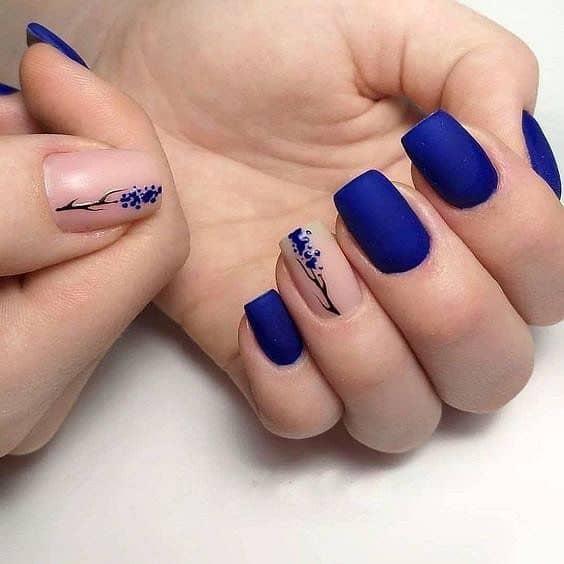nail art com esmalte azul fosco