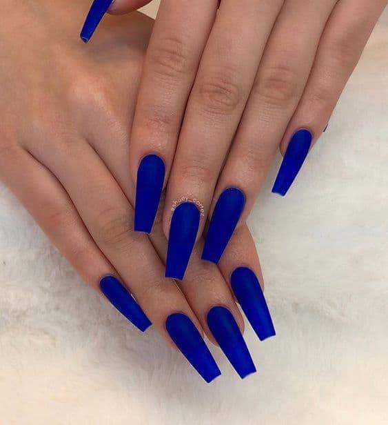 unha azul royal com esmalte fosco