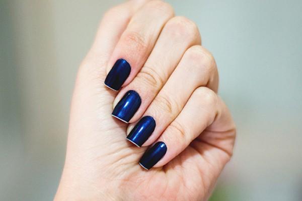 unha com esmalte azul marinho metalico