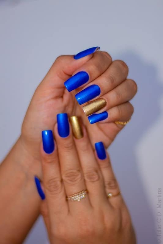 unhas metalizadas com esmalte azul royal e dourado