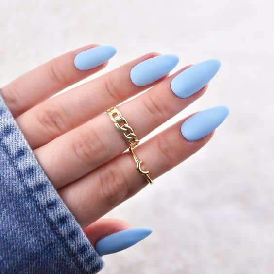 unhas decoradas em azul claro