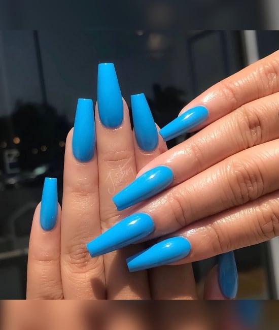 unhas com esmalte neon azul
