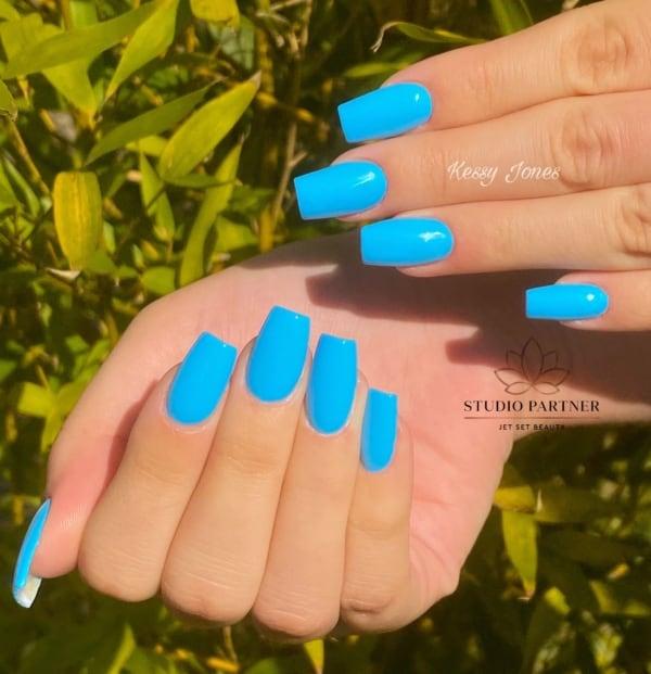 unhas azul claro neon